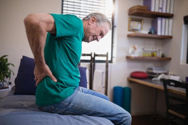 durere de șold în timp ce se mișcă inflamația articulației cotului la mână