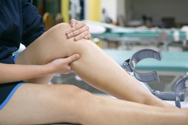 umflarea articulației genunchiului nu provoacă durere