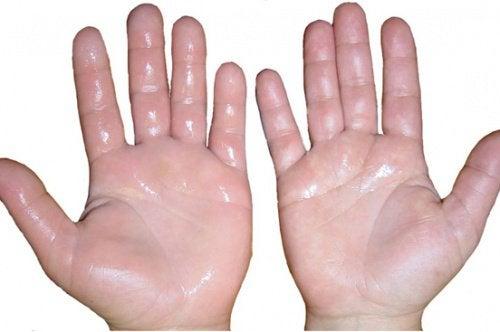 De ce ai mâini și degete umflate când te plimbi?